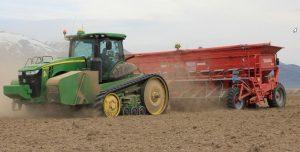 Tracteur et machine planteuse