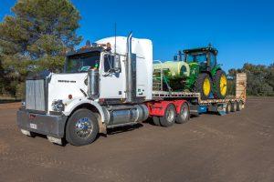 Un camion transportant un tracteur