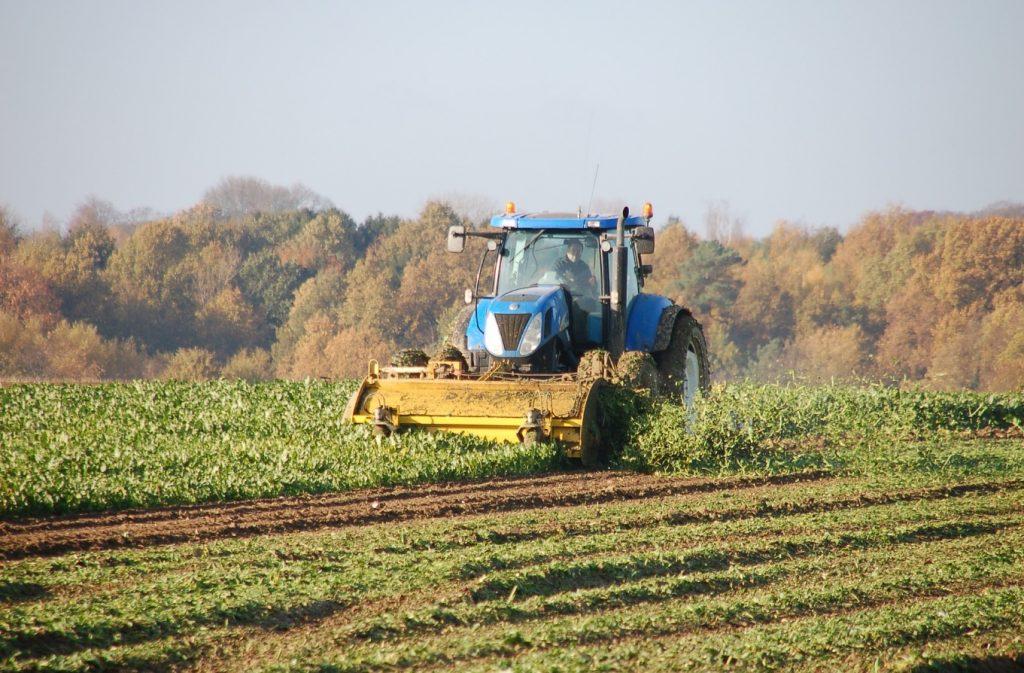 Un tracteur dans les champs