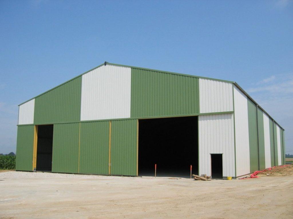 Hangar agricole vert et blanc